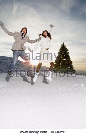 Paar im Schnee springen - Stockfoto