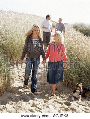 Familie gehen auf Dünen - Stockfoto