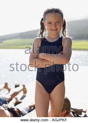 Mädchen tragen Badeanzug - Stockfoto