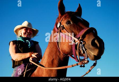 Lächelnd Cowgirl auf braunen Pferd am späten Nachmittag Santa Fe, New Mexico, USA, Nordamerika - Stockfoto