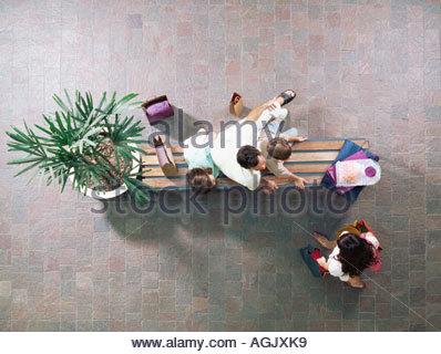 Familie, die eine Pause vom Einkaufen - Stockfoto