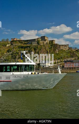 """Koblenz; Kreuzfahrtschiff """"Viking Sun"""" vor Anker auf dem Rhein mit der Festung Ehrenbreitstein im Hintergrund. - Stockfoto"""