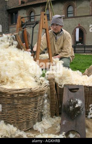 Ein Mann, Wolle spinnen, während ein wiederbeleben der alten Handwerke, Mailand, Italien - Stockfoto