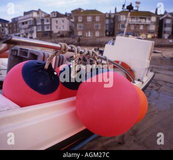 Schwimmer und Kotflügel gebunden, St Ives Angeln Boot Cornwall in 7 x 6 - Stockfoto