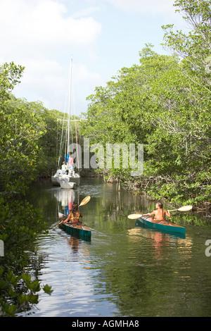 Kajakfahren in hidey Loch namens Hidden Lake von einheimischen Frauen in der Nähe von Key Largo Florida - Stockfoto