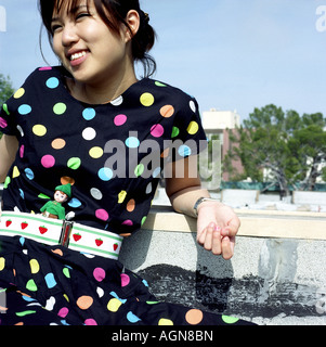 Junge Frau trägt Polka punktiert Kleid - Stockfoto