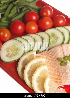 Platte mit pochiertem Lachs und Gemüse. - Stockfoto