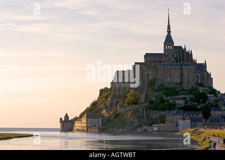 Le Mont Saint-Michel bei Sonnenuntergang in der Region Basse-Normandie-Frankreich - Stockfoto