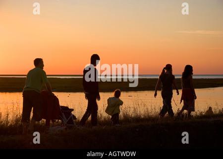 Eine Familie Spaziergänge bei Sonnenuntergang in der Nähe von Le Mont Saint Michel in der Region Basse-Normandie - Stockfoto