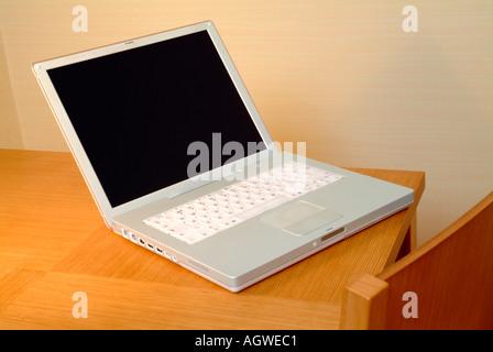 Laptop-Computer auf einem Holztisch - Stockfoto