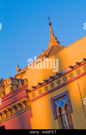 Einzigartige leuchtend bunten Türme und Dach auf Bulding in Cordoba Spanien - Stockfoto