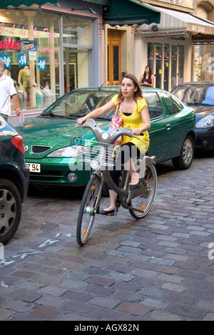 Junge Frau, Fahrrad Verleih, das ein Teil des Versandverfahrens Velib Bike in Paris Frankreich - Stockfoto