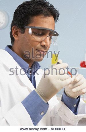 Wissenschaftler halten Petrischale - Stockfoto