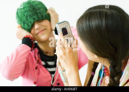 Zwei junge Freundinnen, eine Aufnahme Foto des anderen - Stockfoto
