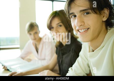 Schüler gemeinsam studieren, Blick in die Kamera, Porträt - Stockfoto