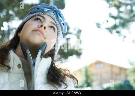 Teenager-Mädchen mit Skiern, nachschlagen - Stockfoto
