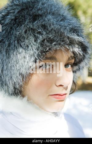Teenager-Mädchen trägt Pelzhut, close-up portrait - Stockfoto