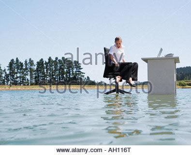 Eine Frau an ihrem Schreibtisch auf Wasser - Stockfoto