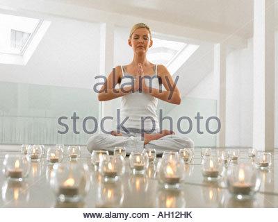 Eine Frau beim yoga - Stockfoto