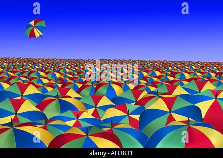 weiten Meer von Regenschirmen gegen blauen Sommerhimmel mit einem fliegenden Weg Regen - Stockfoto