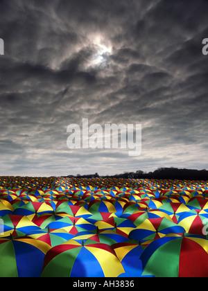 riesigen Meer von bunten farbigen Schirmen mit dunklen Himmel Overhead Regen - Stockfoto