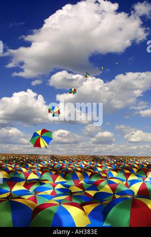 weiten Meer von Regenschirmen gegen blauen Sommerhimmel mit einer Reihe von Schirme fliegen Weg Regen - Stockfoto