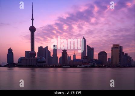 Skyline von Shanghai über über Fluss Huangpu China betrachtet - Stockfoto