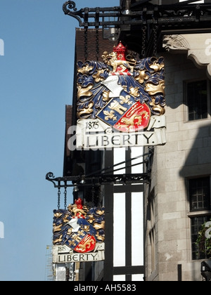 West End London Liberty Kaufhaus Wappen auf Zeichen über der Tudor Shop Great Marlborough Street-Höhe - Stockfoto