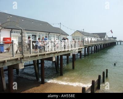 Southwold renoviertes Meer Pier mit einen warmen Sommertag genießen Urlauber beschäftigt - Stockfoto