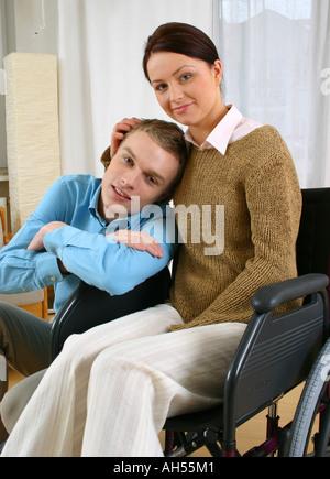 ... Flache Innenraum Wohnzimmer Paar Mann Junge Frau Mädchen 20 25 Brünette  Lange Haare Blonde Sit Rollstuhl