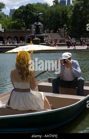 Junger Mann, ein Bild von einer jungen Frau, die sitzen in einem Boot, Central Park, Manhattan, New York City, New - Stockfoto