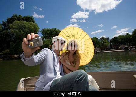 Junges Paar in einem Boot sitzen und ein Bild von sich selbst, Central Park, Manhattan, New York City, New York, - Stockfoto