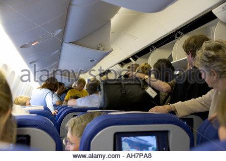 warten in den Gang, das Flugzeug zu verlassen - Stockfoto