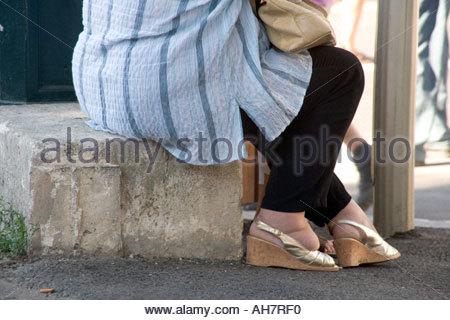 übergewichtige Frau mit sehr engen Schuhen - Stockfoto