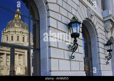 Reflexion der San Francisco City Hall in die Glastüren des Krieges Memorial Opernhaus San Francisco Kalifornien - Stockfoto