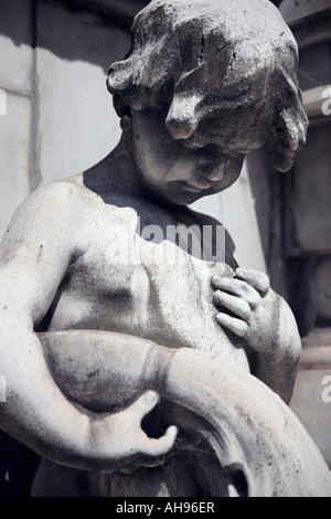 Grab Marmorskulptur eines jungen, am Friedhof von Recoleta, Buenos Aires, Argentinien - Stockfoto