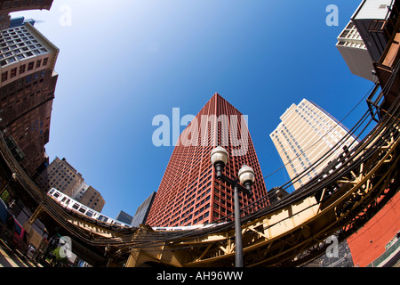 ILLINOIS-Chicago-El Zug auf Strecke betrachtet von unten fisheye-Objektiv Gebäude und Straßenlaterne - Stockfoto