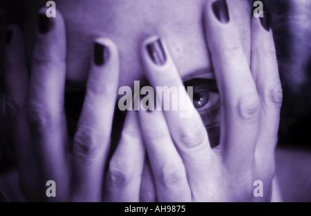 verbergen Sie, verstecken Frau bedeckte Gesicht mit Auge - Stockfoto