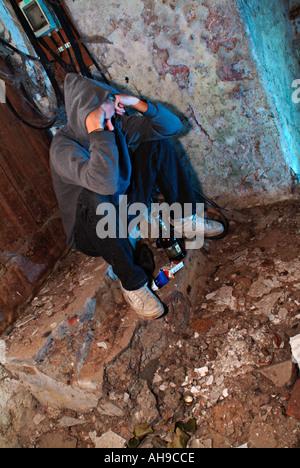 junger Mann mit Suchtproblemen in einem Abriss Haus - Stockfoto