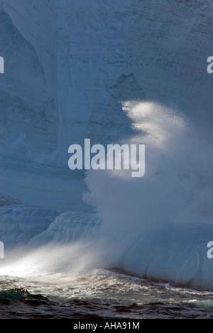 Wellen brechen gegen Eisberg in der Antarktis - Stockfoto