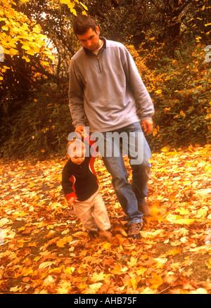 Vater mit seinem Sohn zu Fuß im Freien, im Herbst - Stockfoto