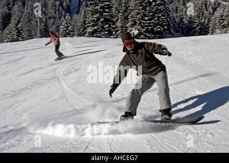 Snowboarder Snowboarden im Winter Schnee Feriengebiet von Morzine Haute Savoie französische Alpen Frankreich - Stockfoto