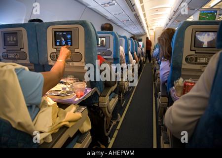 LCD-Monitore zeigen Filme auf einem Flug SriLankan Columbo - Stockfoto
