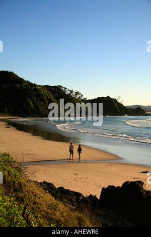 Paare, die auf Wategos beach Byron Bay Australien - Stockfoto