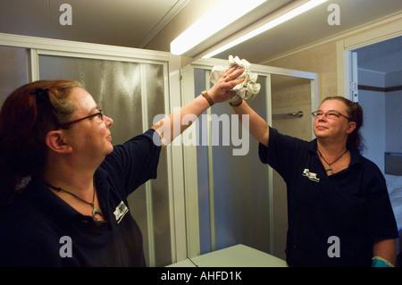 Reinigung der Badezimmerspiegel in einem hotel - Stockfoto