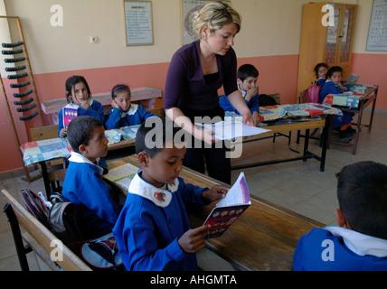 Schulhaus im Dorf von Saribelen in der Südtürkei. - Stockfoto