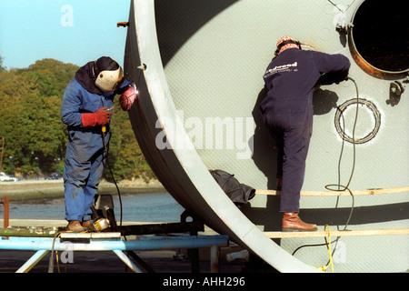Schweißer arbeiten an großen Metall-Lagerung-Tank für die Ölindustrie in Milford Haven Pembrokeshire West Wales - Stockfoto