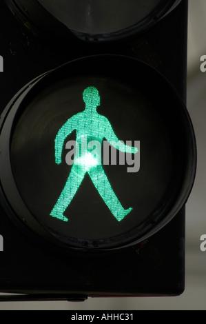 Grüner Mann gehen gehen Ampel Schild, England, UK - Stockfoto