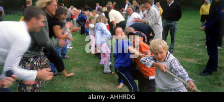 Kinder spielen Tauziehen während Mittsommerfest in Schweden - Stockfoto