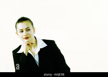 Business-Frau sitzt an einem Schreibtisch in einem Büro - Stockfoto